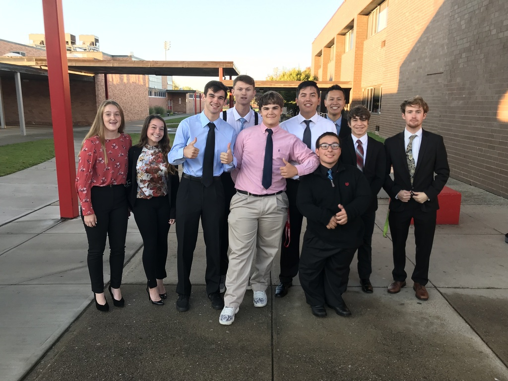 FBLA Students posing in front of Lakeland before heading off to Hamburg for the annual FBLA Northern Regional Summit